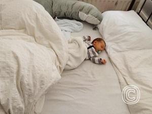 Baby in ouderbed onveilige situatie