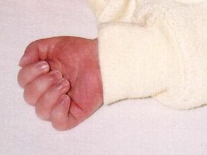 Trek je baby kleding aan met een mouw met boord tot op het handje
