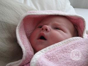 Baby in omslagdoek, begrenzing en tastzin
