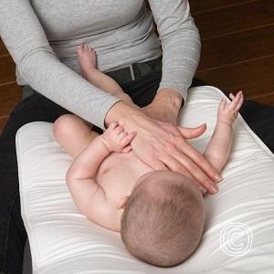 Babymassage kan helpen om de krampjes te verminderen