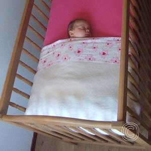 Leg je baby in een kort en stevig opgemaakt bed te slapen