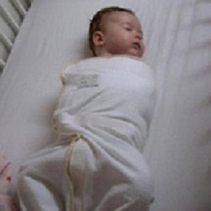 Een ingebakerde baby moet zijn benen voldoende kunnen spreiden voor een gezonde heupontwikkeling