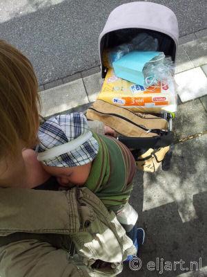 Baby in kinderwagen of draagdoek?