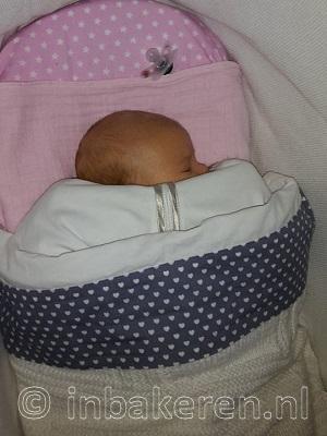 Baby in Puckababy gezakt, stof voor gezicht, niet veilig
