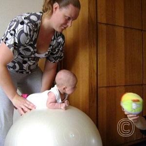 Als intensivering van de kernadviezen onvoldoende helpt, wordt een baby doorverwezen naar kinderfysiotherapie