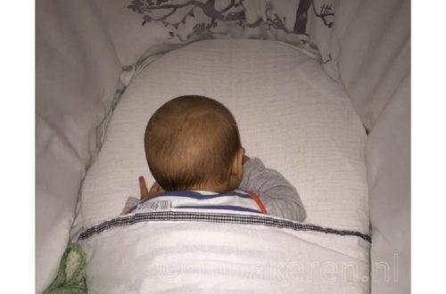 Baby slaapt op buik