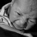 Het kan zijn dat een baby moet wennen aan inbakeren en op zijn rug slapen